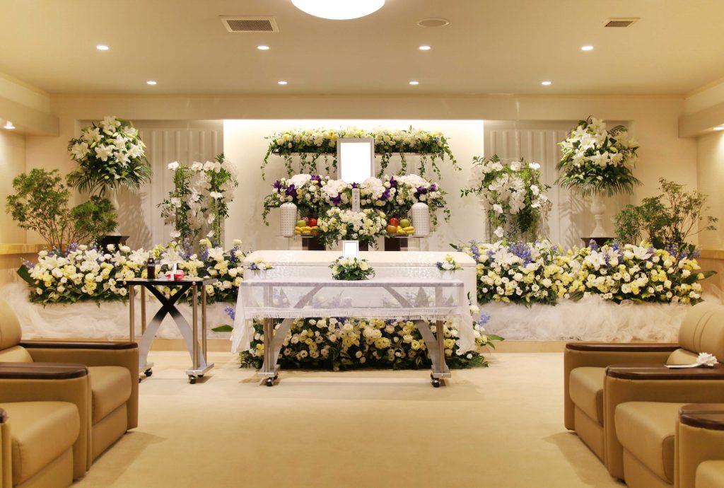 母らしい色合いの花祭壇で…