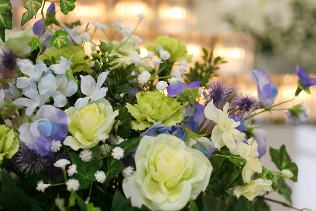 故人の好きだった花に囲まれて、明るい式場になりました。