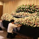 板橋区の葬儀の準備をする社員